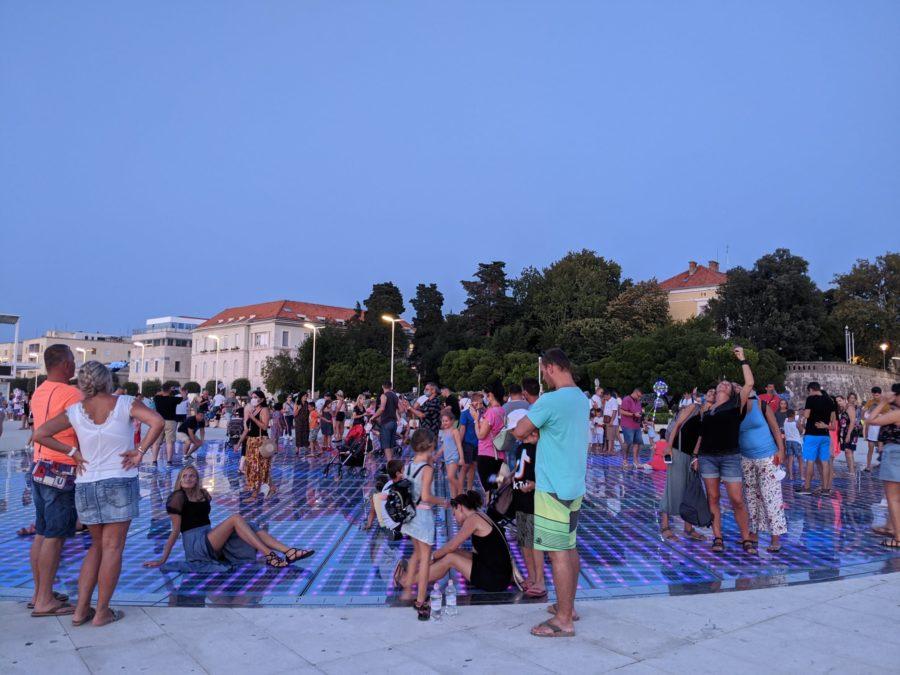 Turistas en el Saludo al Sol al anochecer