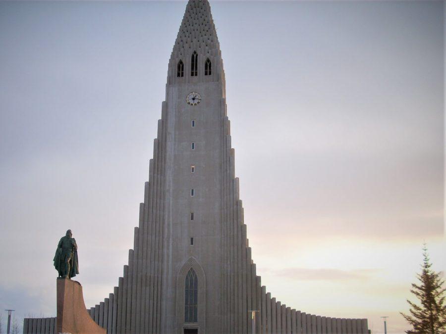 la iglesia Hallgrïmskirja en Reikiavik se inspira con las columnas de basalto de Islandia