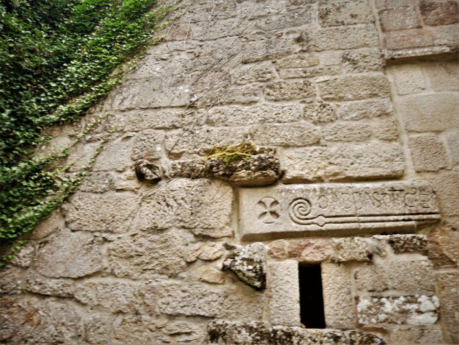 Inscripción en la piedra, Monasterio de Santa Cristina en la Ribeira Sacra