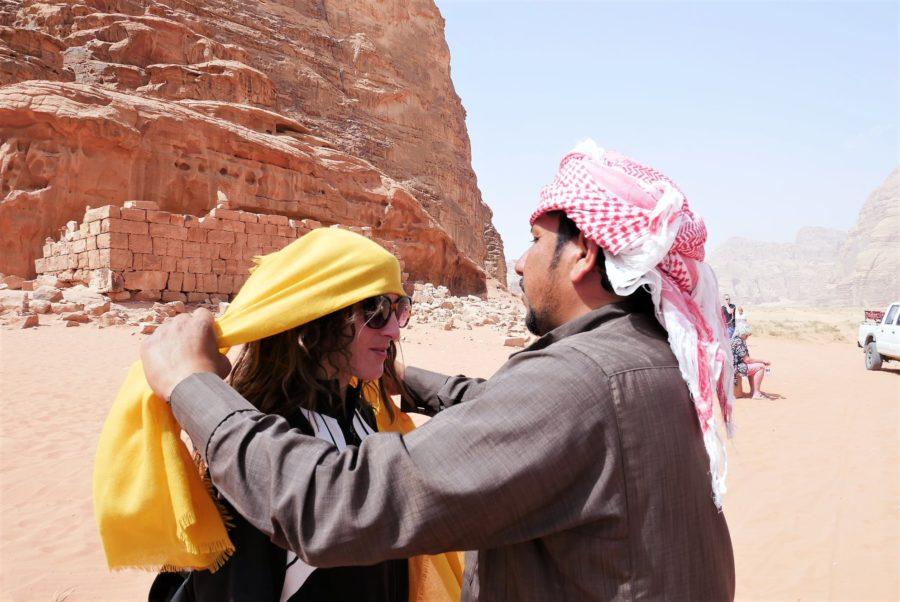 Con Hussin, nuestro anfitrión en Wadi Rum, cómo son los jordanos