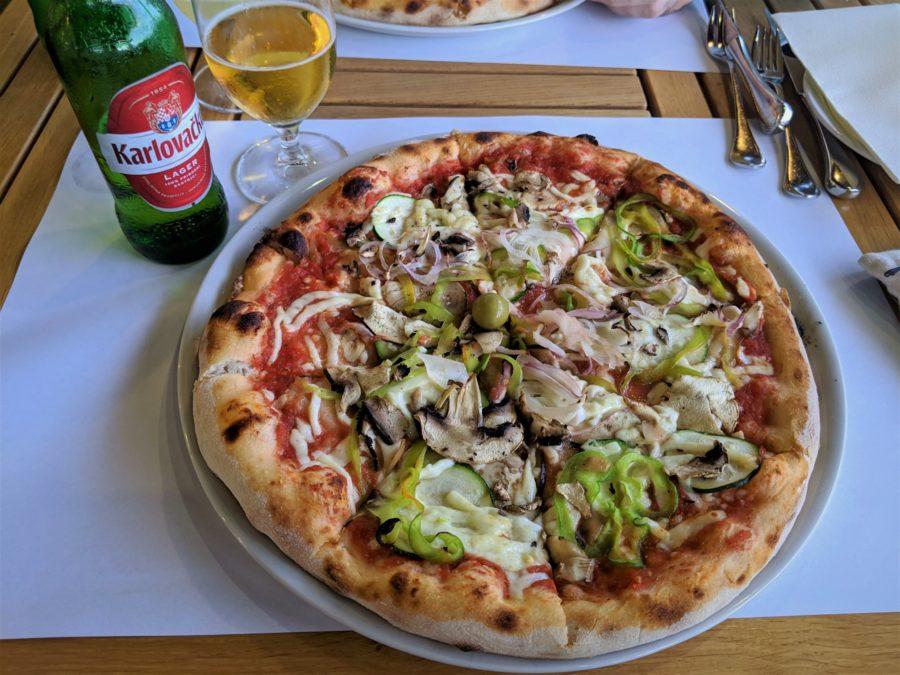 Pizza y cerveza en Croacia