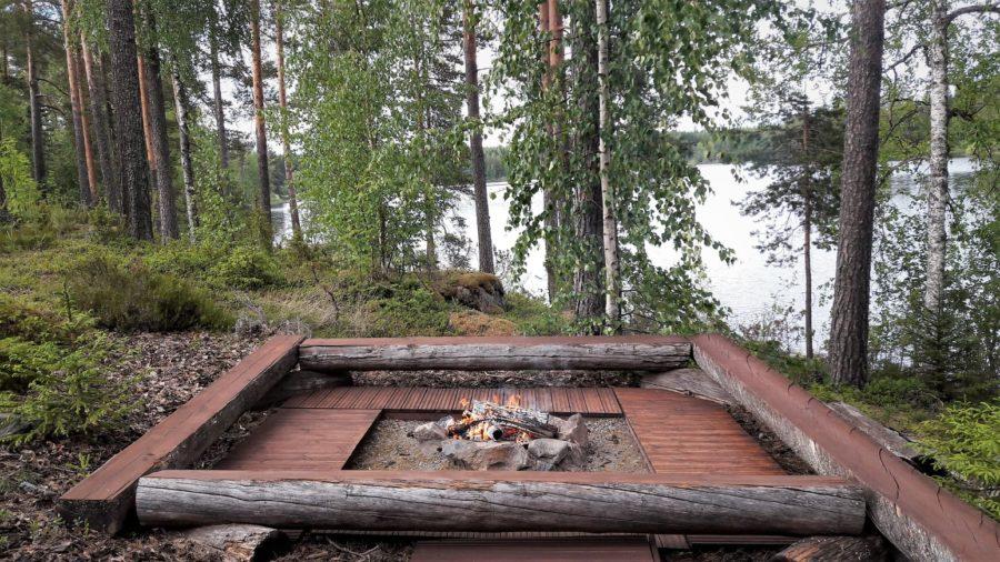 Hoguera junto al lago y la sauna