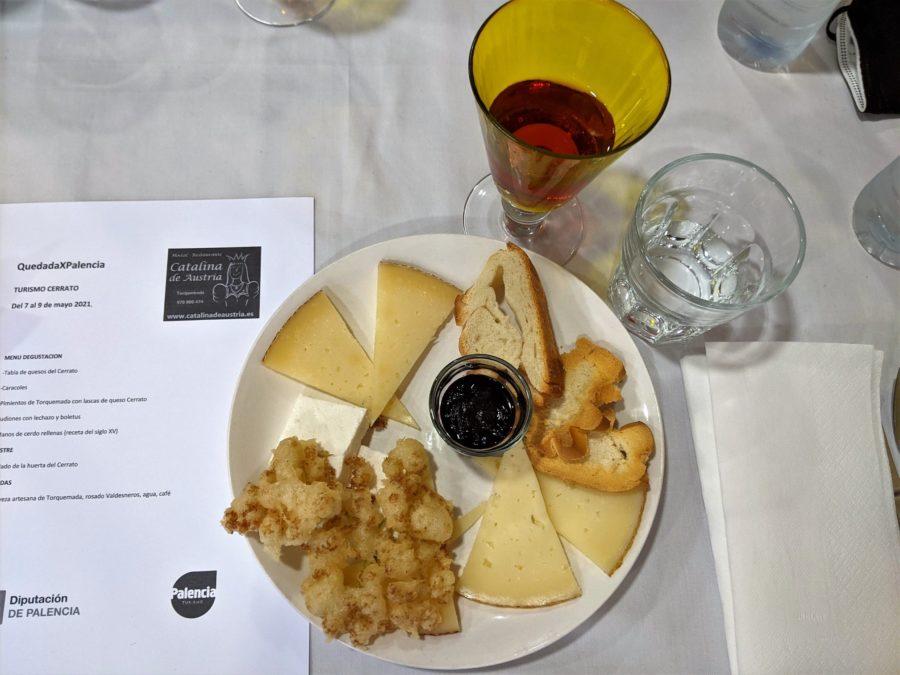 Queso y flores en el restaurante Catalina de Austria