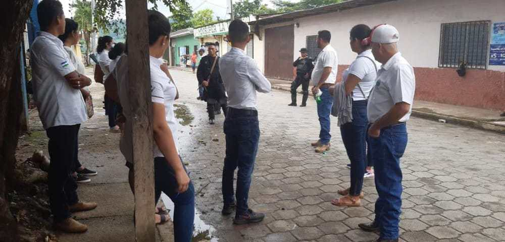 Autoridades policiales impiden el paso a trabajadores de la alcaldía. Foto: Artículo66/Cortesía