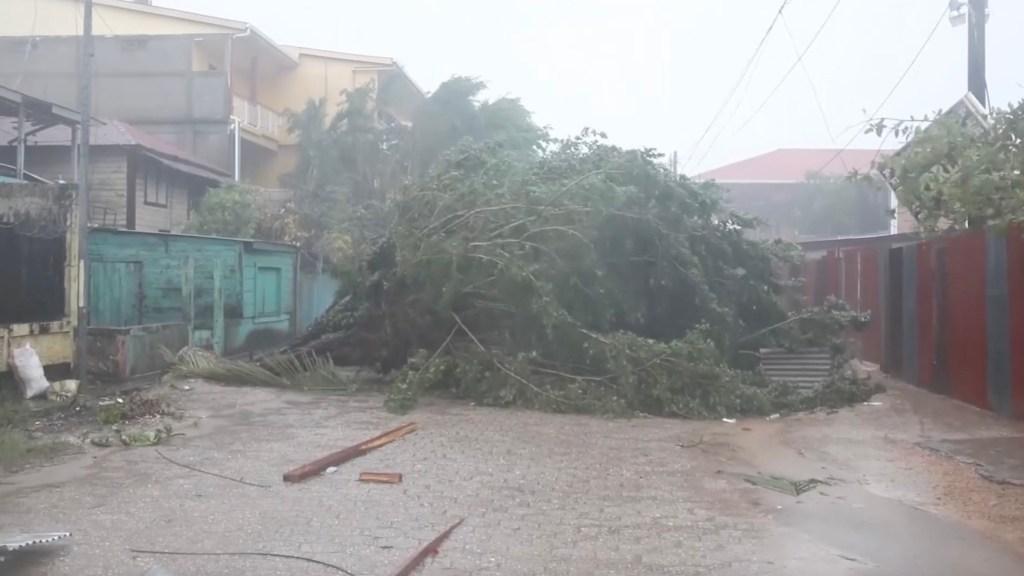 Pese a los estragos causados por el huracán Eta, la policía impide el paso de organización solidaria a las familias damnificadas.