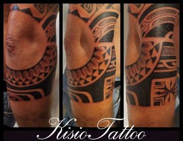 Tatouage Maori genou fait Kisio