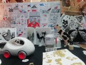 Noël noir et blanc, une sélection de jouets et de jeux pour les enfants.
