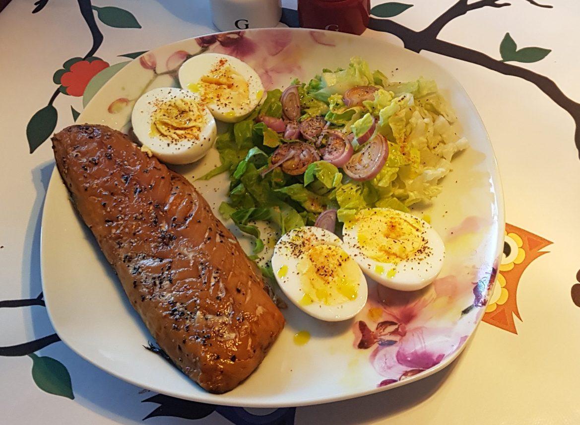 Platou rece low-carb cu macrou și ouă ( 2 g carbi/ porție )