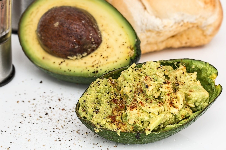 Avocado humus cu ton