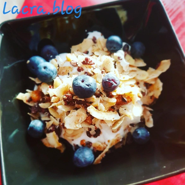 Keto granola cu frișcă de cocos și afine