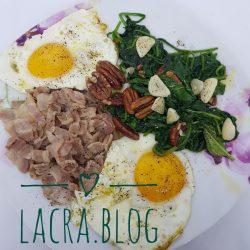 Mic dejun cu ochiuri, spanac, nuci și bacon