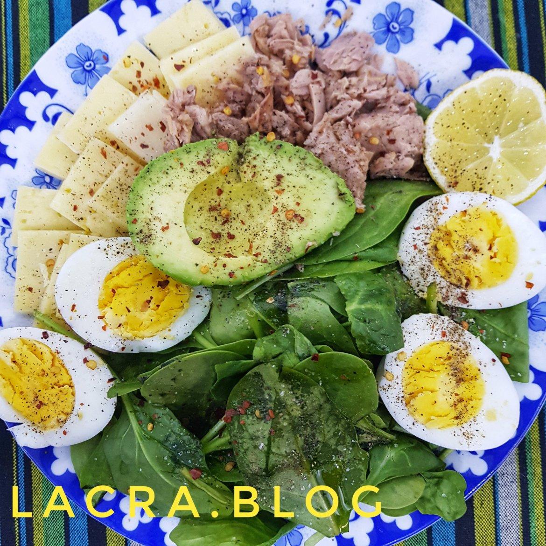 Platou cu ton, avocado și ouă