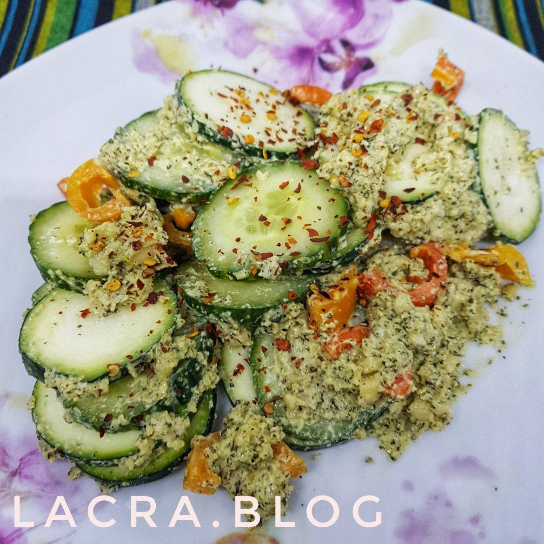 Salată keto cu aioli vegan