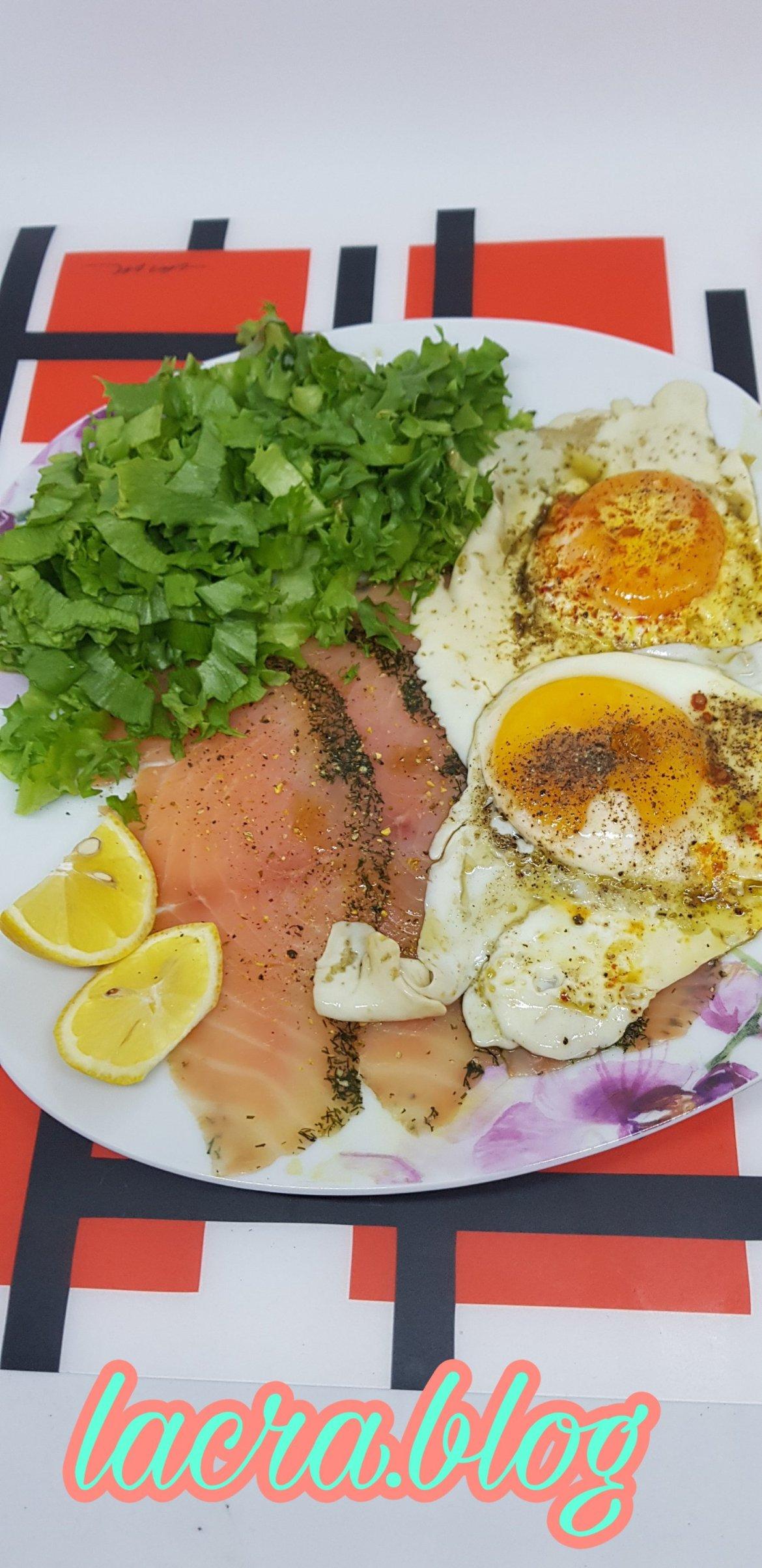 Mic dejun cu somon și ochiuri