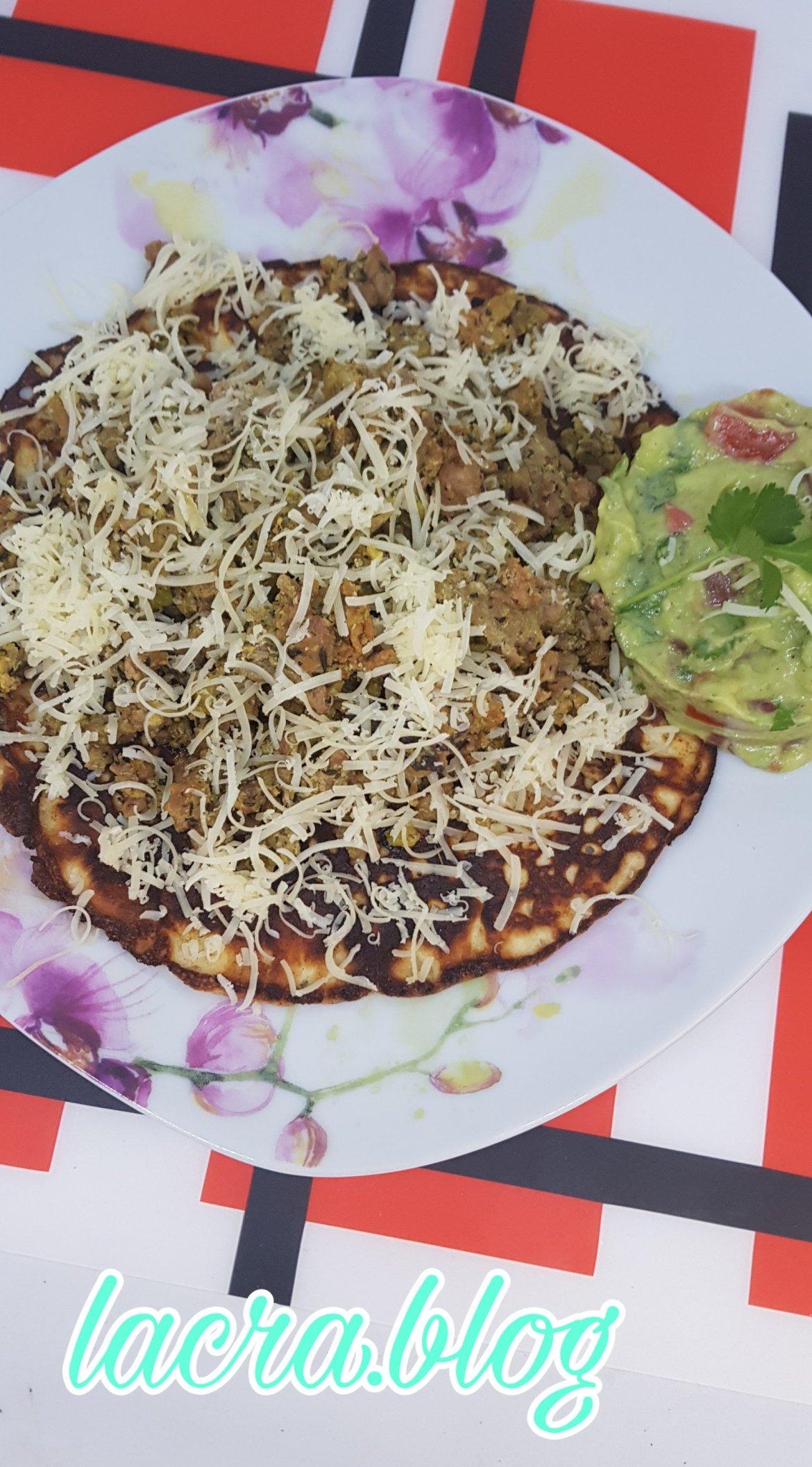 Tortilla keto  cu carne tocată și salsa