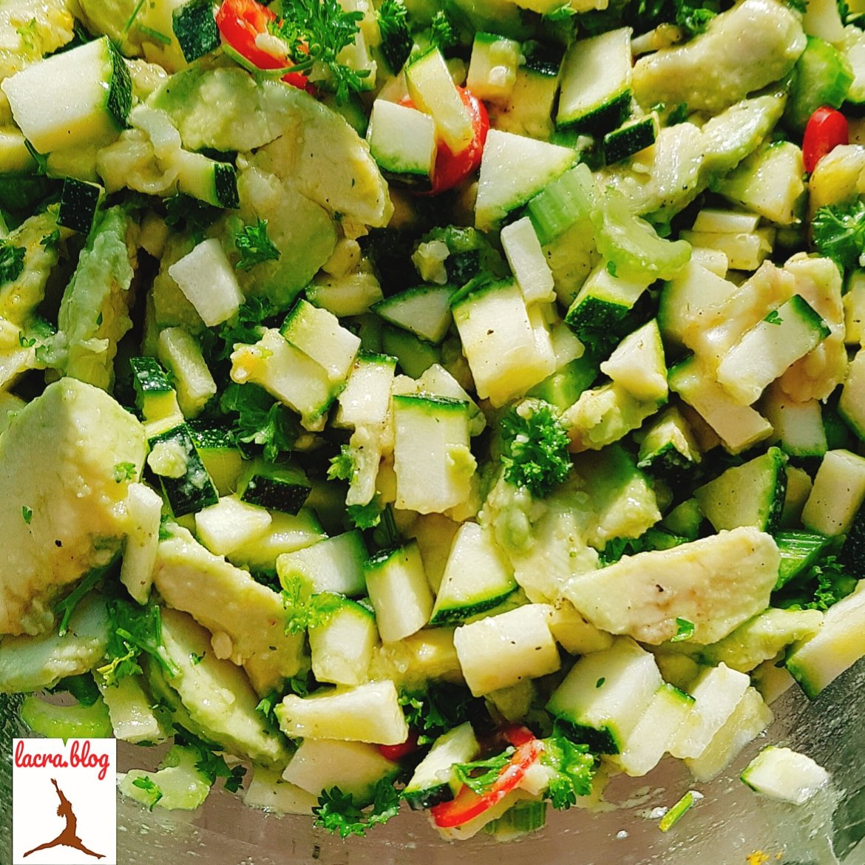 Salată keto de dovlecel cu avocado