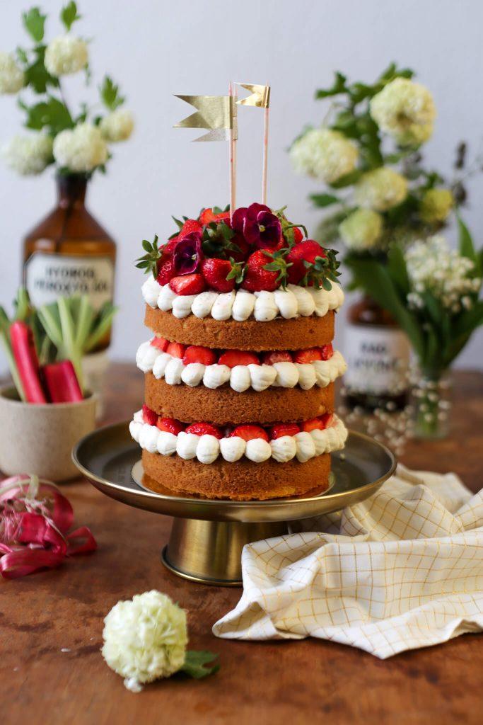 Victoria Sponge Cake mit Erdbeeren  Rhabarber  La Crema