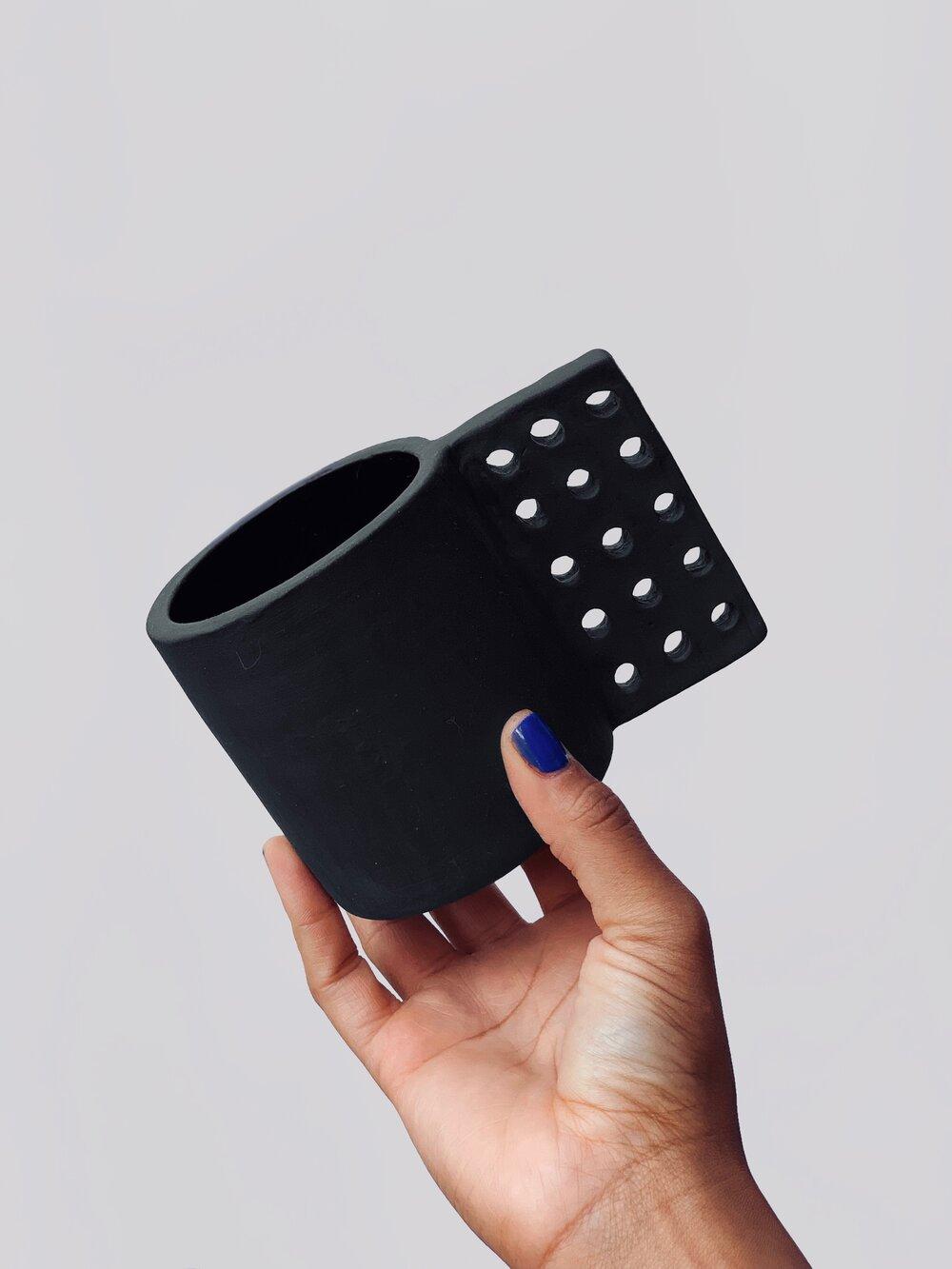 Esta artista apasionada por la cerámica creó 100 asas diferentes para una misma taza y enseña múltiples formas de diseñar un objeto