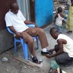 Cireur de chaussure ambulant à Moungali