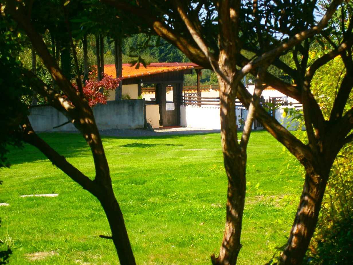Vue de la piscine depuis le patio de Sartre