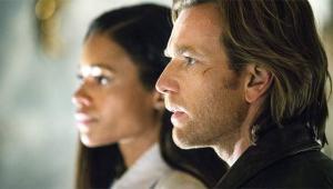 Gail (Naomi Harris) y Perry (Ewan McGregor), el matrimonio protagonista de UN TRAIDOR COMO LOS NUESTROS