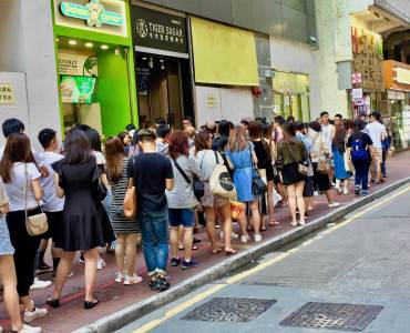 Small Takeaway Shop for Rent in High traffic Street Causeway Bay HK