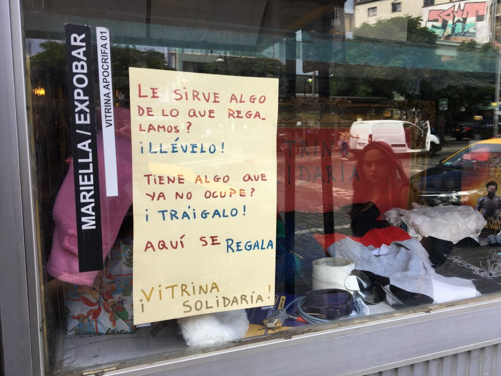 """""""Vitrina Solidaria"""" recibe y regala artículos frente a la Plazuela Ecuador"""