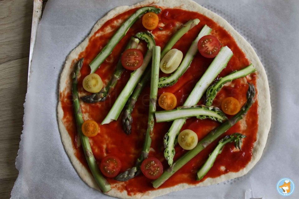Continuez cette recette de pizza gourmande et facile en ajoutant vos légumes avant de cuire la pizza