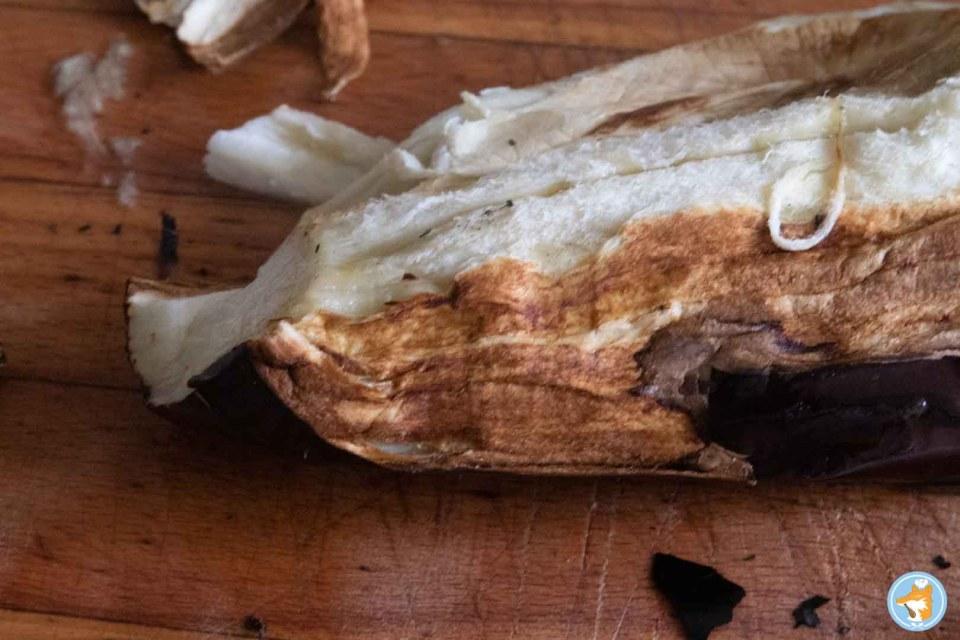 pour donner un goût fumé à votre caviar d'aubergine, la chair doit être légèrement brunie sous la peau brulée