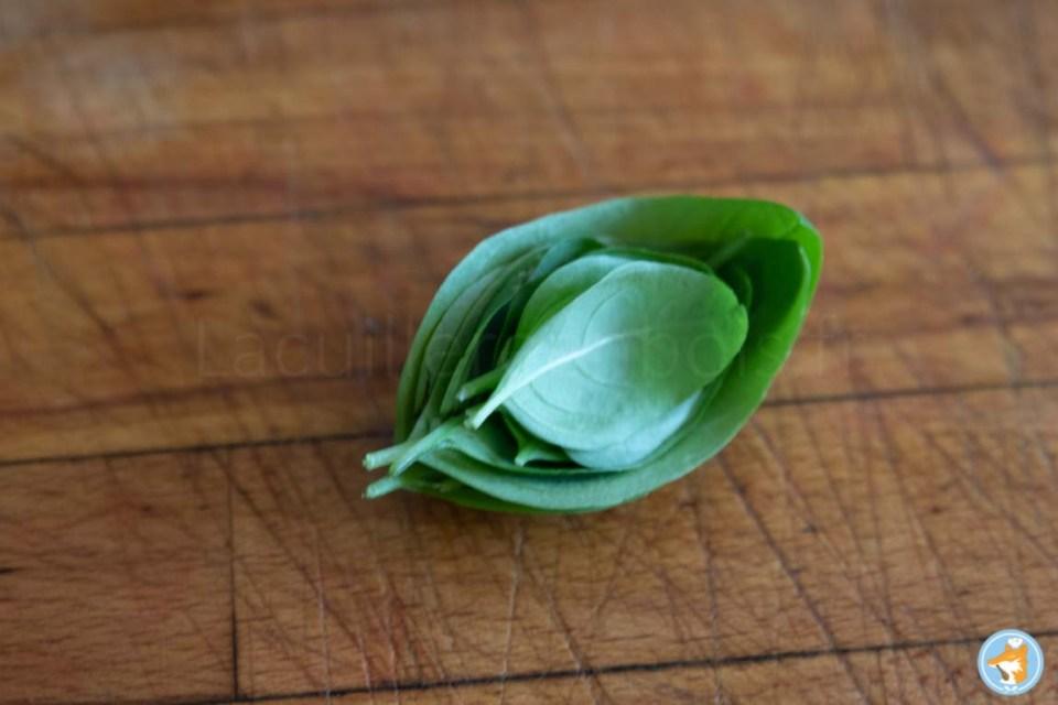 pour ciseler le basilic que vous allez intégrer dans votre soupe de fraises, commencez par empiler les feuilles