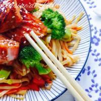 Saumon laqué au Miel & Soja, Nouilles Udon sautées aux Légumes