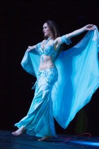'Blonde...ne détermine pas mon aptitude à pratiquer la danse orientale.'