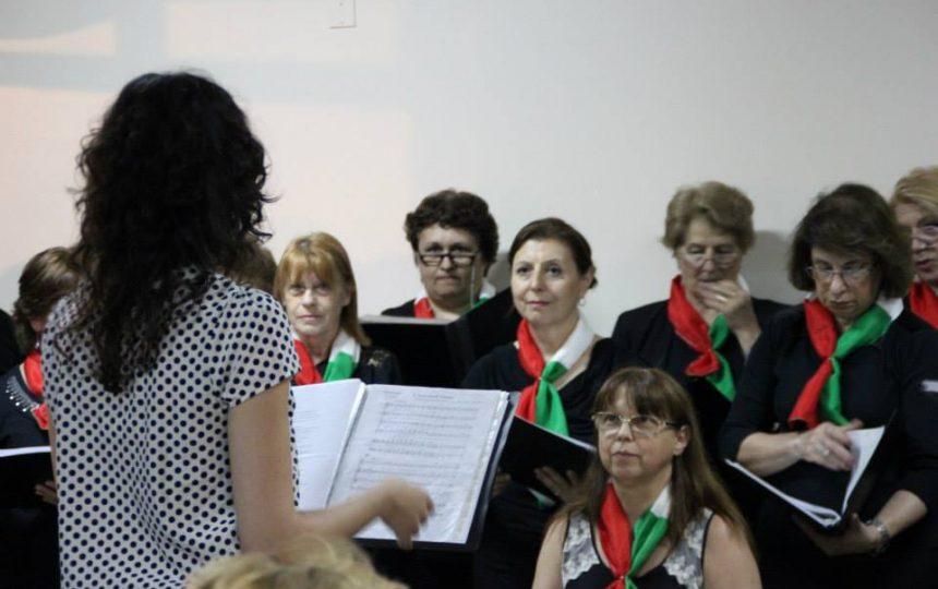 Directora y coro en momento del concierto