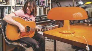 la-lampe-nesso-dans-le-studio-du-guitariste-pierre-emery_5351813