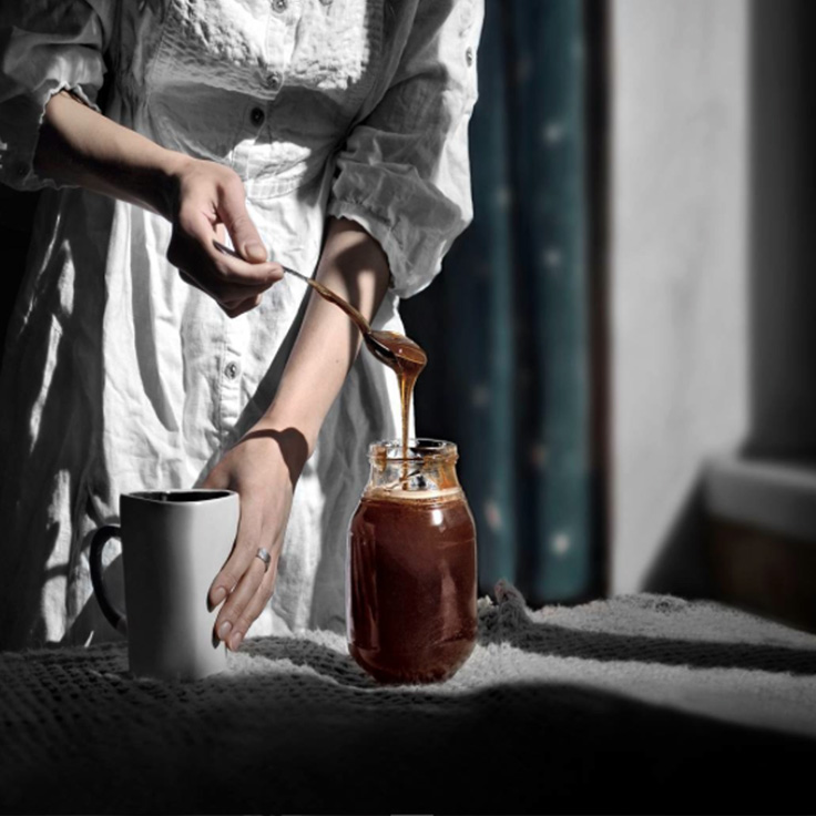 femme versant du lait et du miel