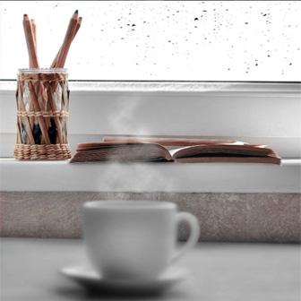 café chaud fumant avec fenêtre