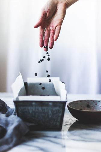 main versant cranberry dans moule en cuisine