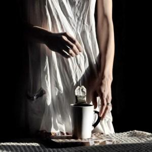 sachet de thé sortant d'une tasse fumante