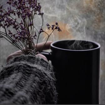 manche tasse de thé et brin de fleur