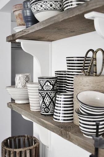 vaisselles accumulées en cuisine