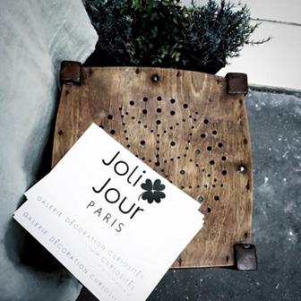carton invitation joli jour sur tabouret bois