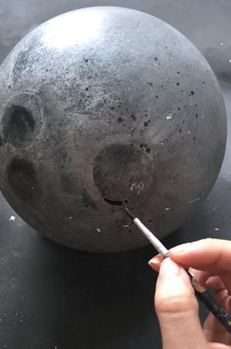 Details peinture DIY lune