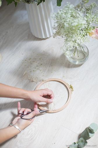 création de DIY fleurs fanées sur un tambour à broder pour l'automne