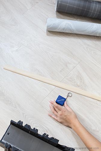 Détournement de papier peint en porte revues à suspendre