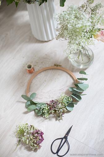 Habiller ses murs avec des couronnes de fleurs fanées pour l'automne