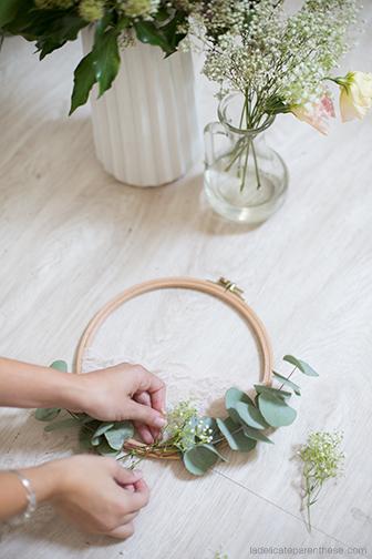 Handmade création de couronne de fleurs fanées dans un tambour à broder