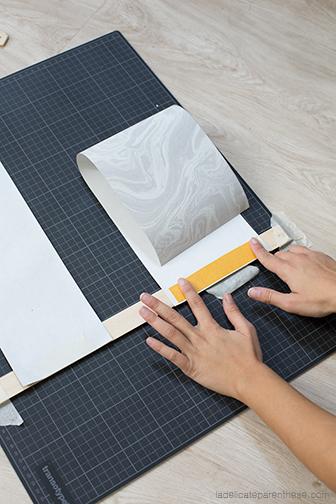 effet marbre papier peint détourné en porte revue
