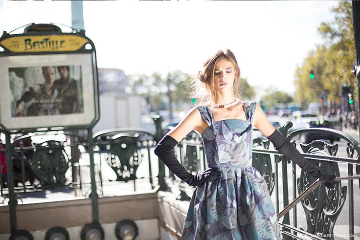 Robe en papier peint sortie bouche de métro fashion week, semaine du papier peint