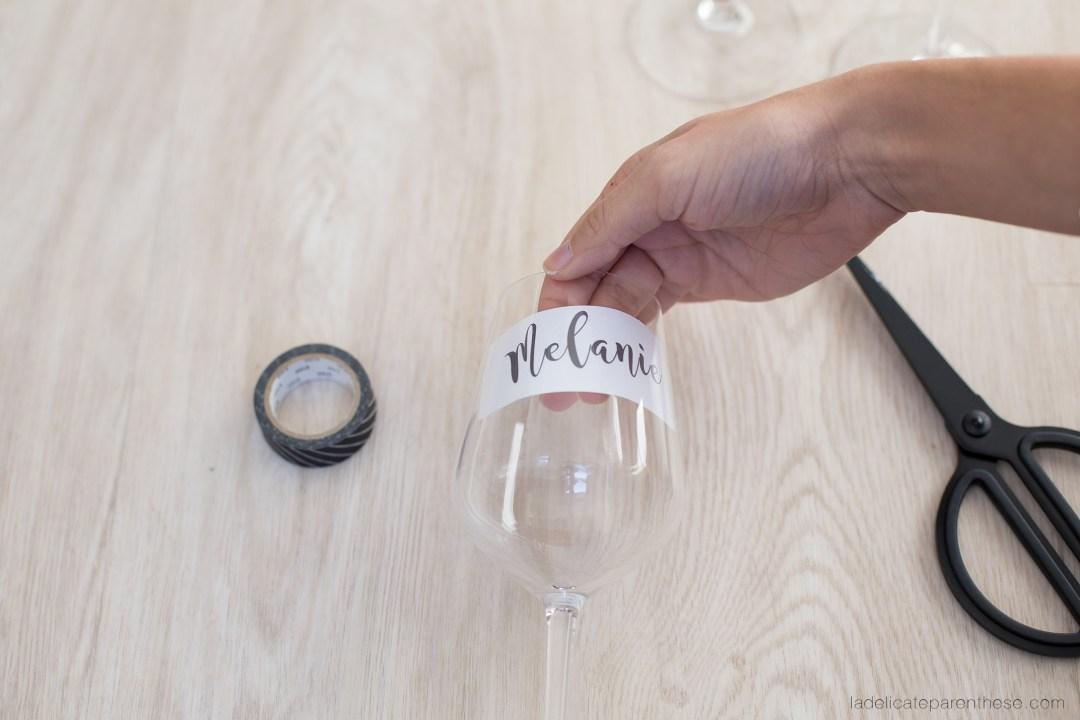 placer le motif dans le verres pour créer un marque place de Noël en DIY
