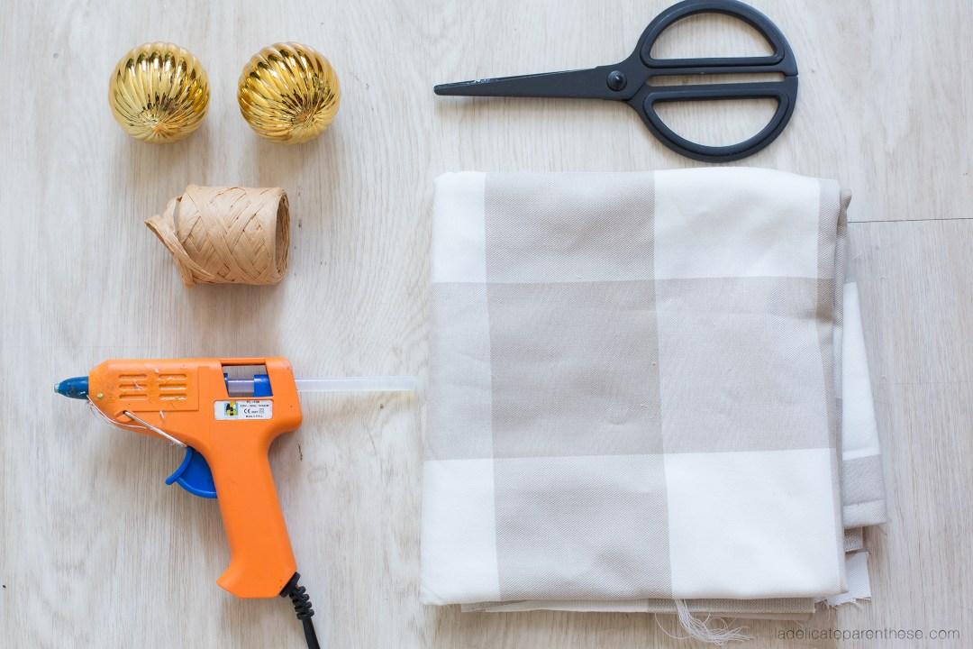 Outils nécessaires pour le IKEA hack boule de noel en chute de tissus